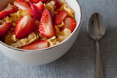 Sund frukostcornflakes, jordgubbar Royaltyfri Foto