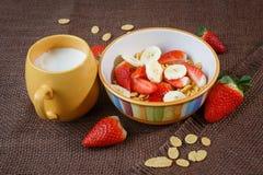 Sund frukostcornflakes, jordgubbar och mi Royaltyfria Bilder