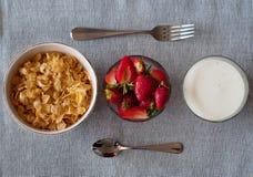 Sund frukostcornflakes, jordgubbar och yoghurt Royaltyfria Foton
