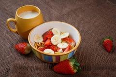 Sund frukostcornflakes, nya jordgubbar och banan Arkivbilder