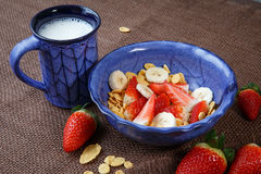 Sund frukostcornflakes, nya jordgubbar och mi Royaltyfri Fotografi