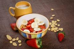 Sund frukostcornflakes, nya jordgubbar och mi Royaltyfria Bilder