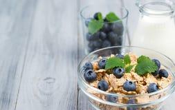 Sund frukostsädesslag med blåbär och mjölkar Fotografering för Bildbyråer