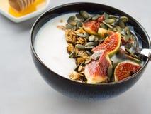 Sund frukostyoghurtbunke med granola och fikonträdet Royaltyfri Bild