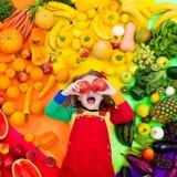 Sund frukt- och grönsaknäring för ungar arkivfoton