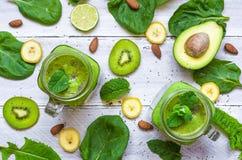 Sund grön smoothie med avokadot, banan, spenat, mintkaramell, almo royaltyfria bilder