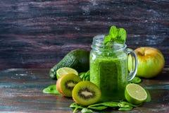 Sund grön smoothie på en mörk träbakgrund Vegetariskt matbegrepp, detox, kondition Fotografering för Bildbyråer