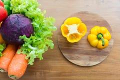 Sund grönsak i pålagd trätabell för korg Royaltyfria Bilder