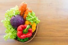 Sund grönsak i pålagd trätabell för korg Royaltyfri Fotografi