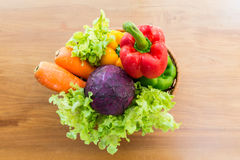 Sund grönsak i pålagd trätabell för korg Fotografering för Bildbyråer