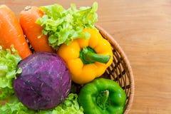 Sund grönsak i pålagd trätabell för korg Arkivfoton