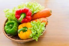 Sund grönsak i pålagd trätabell för korg Arkivbilder