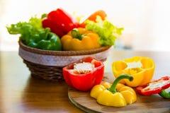 Sund grönsak i pålagd trätabell för korg Arkivbild
