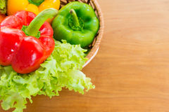 Sund grönsak i pålagd trätabell för korg Royaltyfri Foto