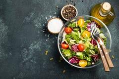 Sund grönsaksallad av nytt tomat-, gurka-, lök-, spenat-, grönsallat- och pumpafrö i bunke Banta menyn överkant fotografering för bildbyråer