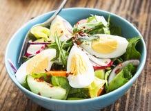 Sund grönsaksallad med kokta ägg och Chili Flakes fotografering för bildbyråer