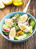 Sund grönsaksallad med kokta ägg och Chili Flakes arkivbilder