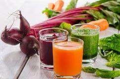 Sund grönsaksmoothie och fruktsaft arkivbilder