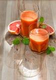 Sund grapefruktfruktsaft med mintkaramellsidor för nya frukter Arkivbild