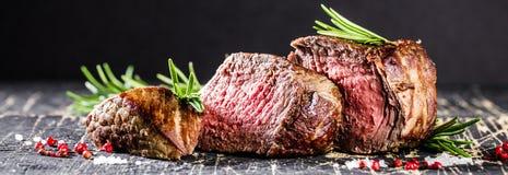 Sund grillad medel-sällsynt nötköttbiff och grönsaker med grillade potatisar royaltyfri bild