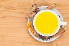 Sund gurkmeja mjölkar te med ingefäran, kanel, kryddnejlikor, svart p Arkivfoto