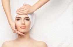 Sund härlig kvinna Spa Vård- massage för rekreationenergi honom royaltyfria bilder