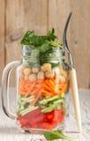 Sund hemlagad Mason Jar sallad med kikärtar och grönsaker arkivbilder