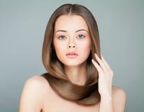 sund isolerad lång vit kvinna för härligt hår Spa modell royaltyfri fotografi