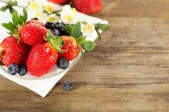 sund jordgubbe för blåbärmat Royaltyfri Foto