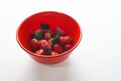 Sund jordgubbe med björnbäret som är blandad i bunken Royaltyfri Fotografi