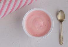 Sund jordgubbefrukt smaksatte yoghurt med naturlig färgläggning I arkivbild