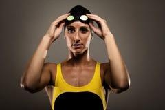 Sund konditionkvinna i konkurrensbaddräkt Fotografering för Bildbyråer