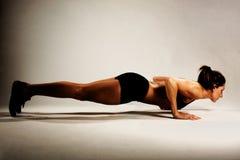 Sund konditionkvinna som gör en Pushup fotografering för bildbyråer