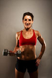 Sund konditionkvinna som visar henne muskler Royaltyfri Bild
