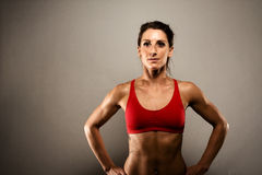 Sund konditionkvinna som visar henne muskler Royaltyfri Fotografi