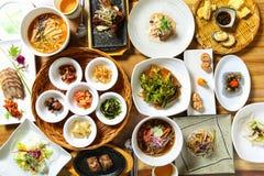 Sund korean som äter middag tabellen arkivbild