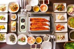 Sund korean som äter middag tabellen arkivfoto