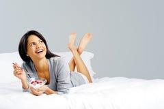 sund kvinna för frukost Arkivfoto