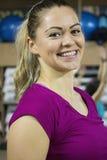 Sund kvinna i idrottshallen Arkivfoto
