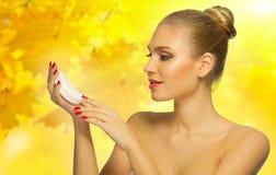 Sund kvinna på höstlig bakgrund Royaltyfria Bilder