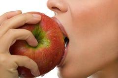 Sund kvinna som äter äpplet royaltyfri foto