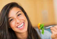 Sund kvinna som äter sallad royaltyfria bilder