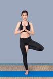Sund kvinna som övar yoga på sportidrottshallen Arkivfoton