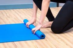 Sund kvinna som övar yoga på sportidrottshallen Arkivbild