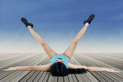 Sund kvinna som gör sträcka övning Royaltyfri Fotografi