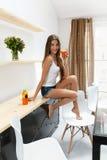 Sund kvinna som inomhus dricker DetoxSmoothiedrinken näring Arkivfoto