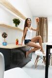 Sund kvinna som inomhus dricker DetoxSmoothiedrinken näring Arkivfoton