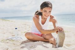 Sund kvinna som ler, medan göra bensträckning fotografering för bildbyråer