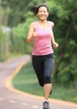 Sund kvinnaspring på parkerar arkivfoton