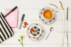 Sund kvinnlig frukost royaltyfri foto